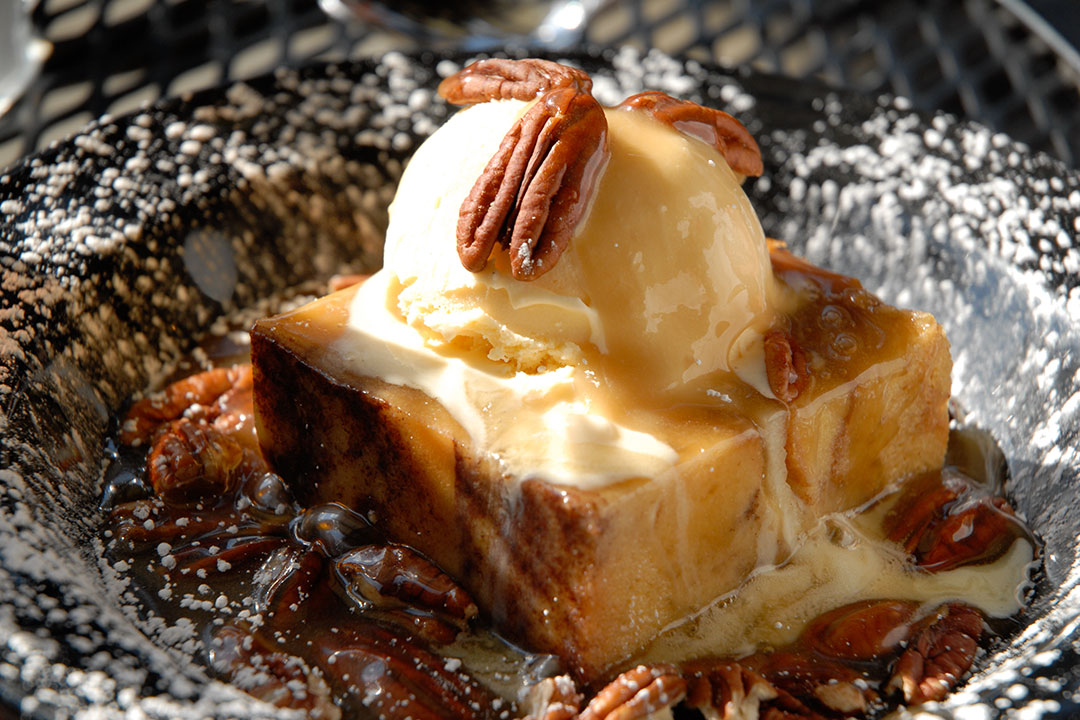 Pudín de Pan de Apple Pie con Salsa de Caramelo