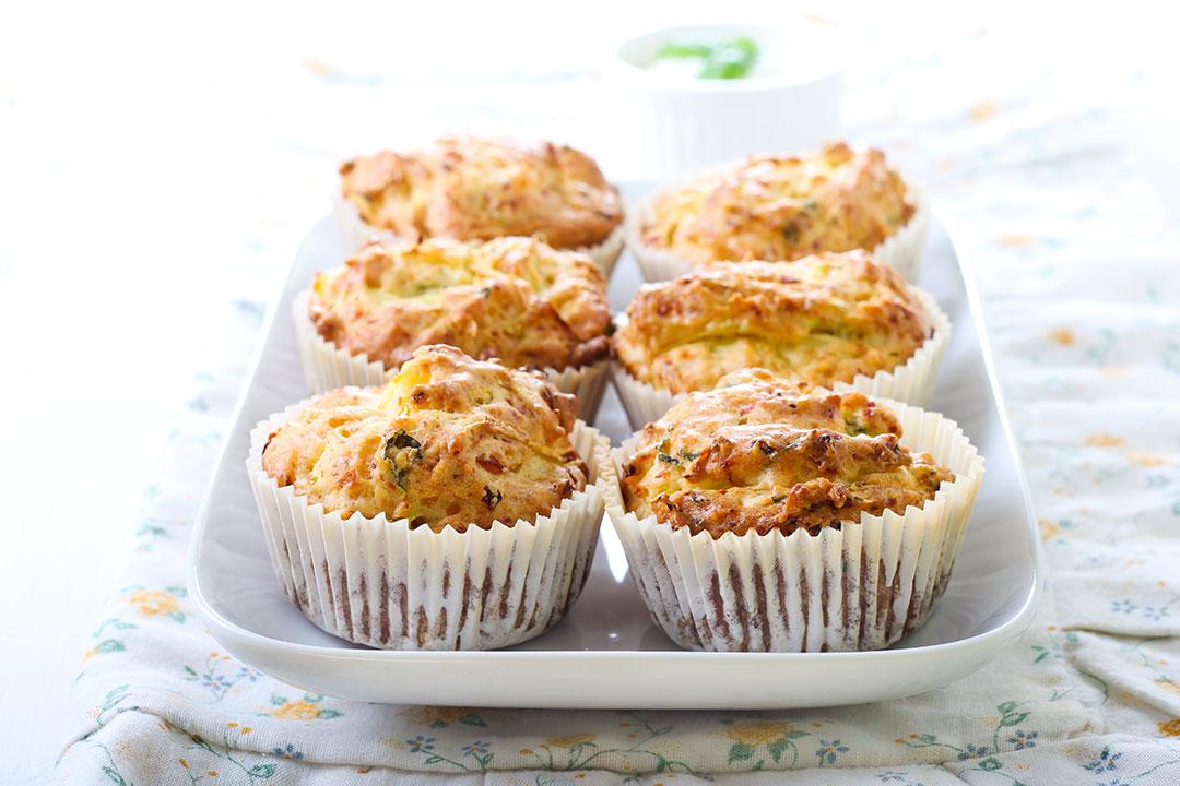 Muffins de Albahaca, Feta y Pimientos Rostizados