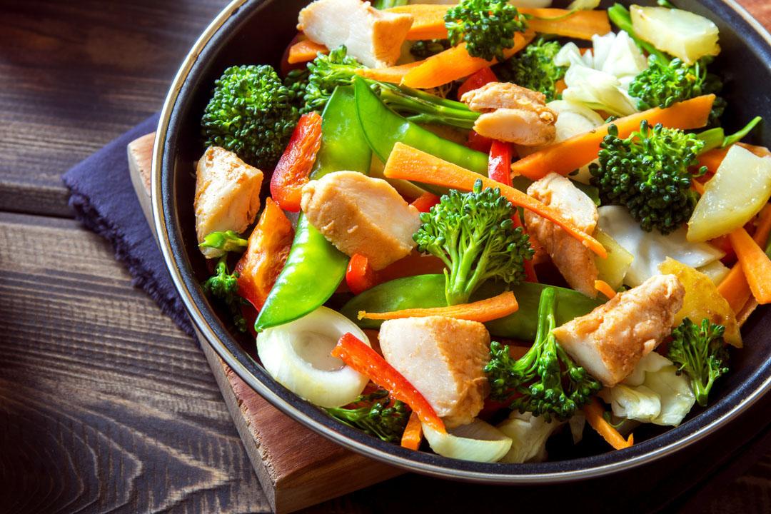 Pollo con Brócoli y Semillas de Cajuil