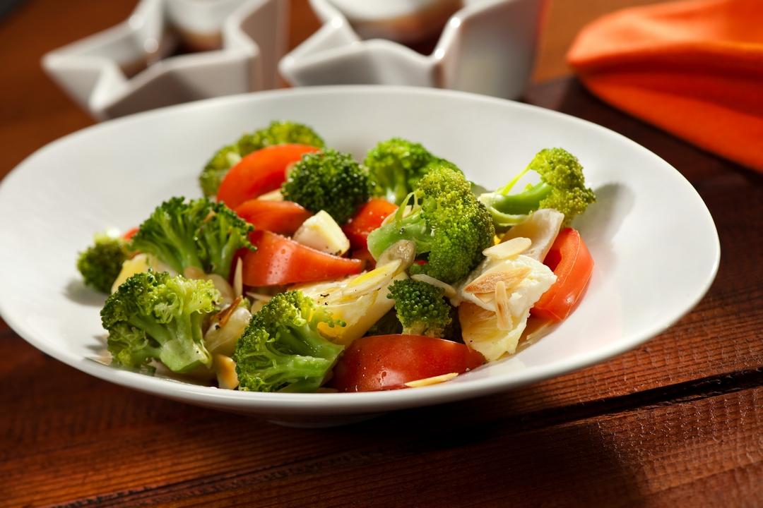 Ensalada de brócoli y tomate a la italiana