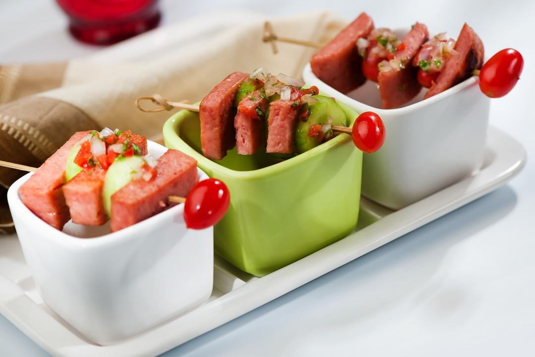 Brochetas de Spam con salsa chimichurri