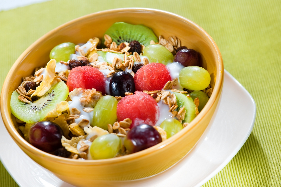 Yogurt con frutas y cereal