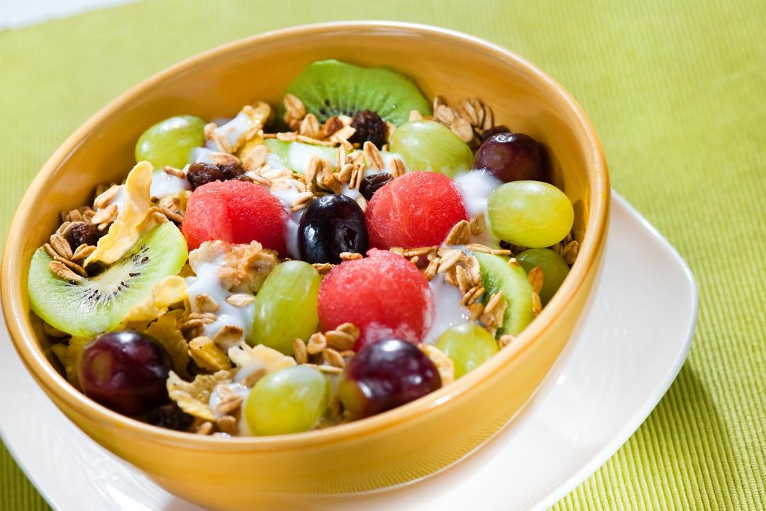 Yogurt con frutas y cereal