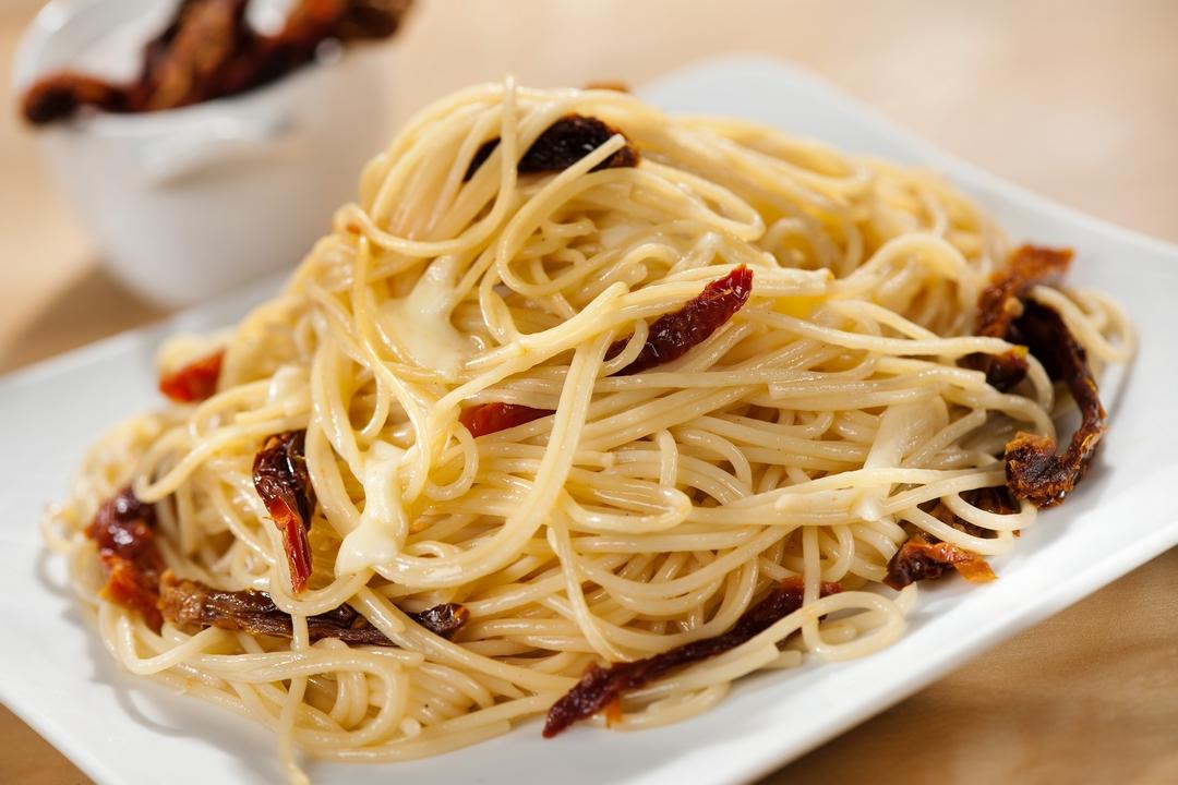 Spaghetti con tomates deshidratados