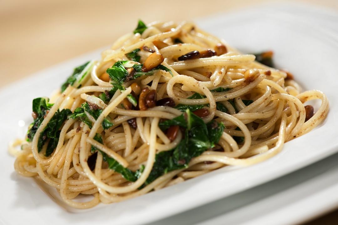 Spaghetti con anchoas y espinacas