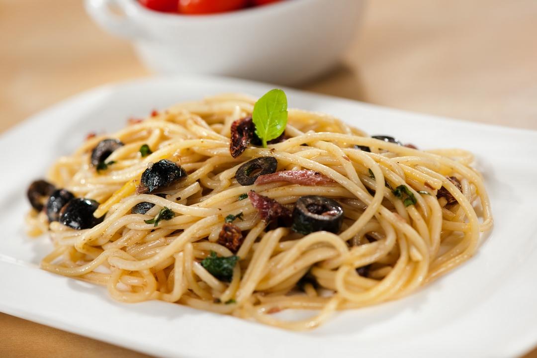 Spaghetti con aceitunas negras y anchoas