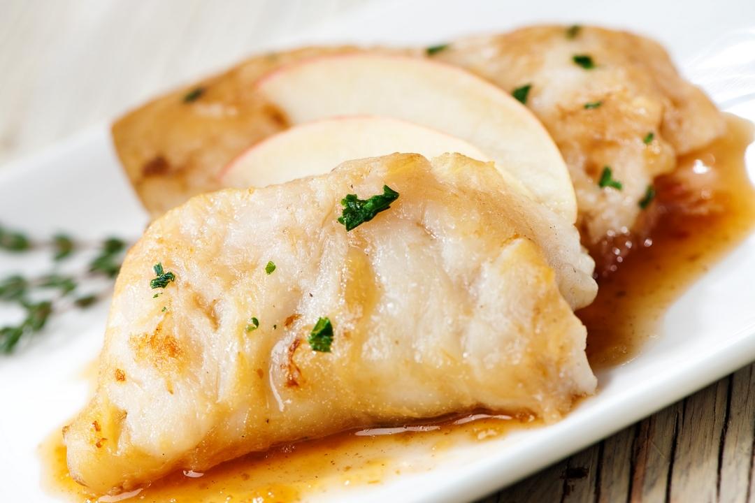 Rollo de pescado con limón y manzanas