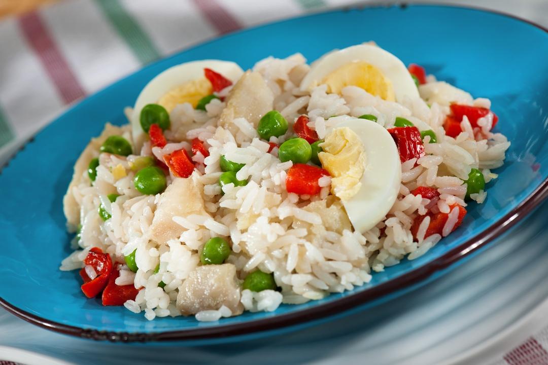 Ensalada de arroz, huevo y pescado
