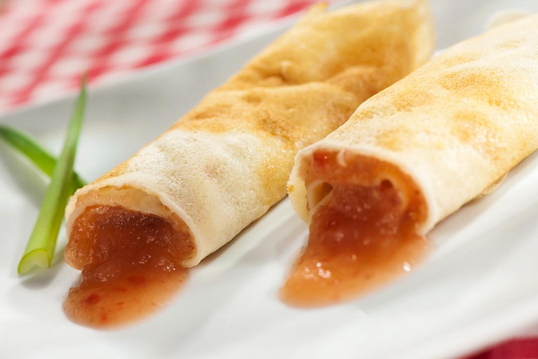Crepes rellenas de salsa de naranja