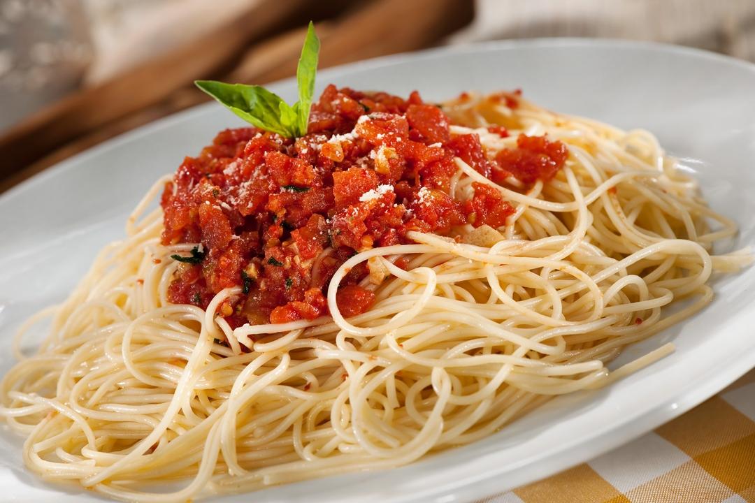 Spaghetti con ajo y tomates