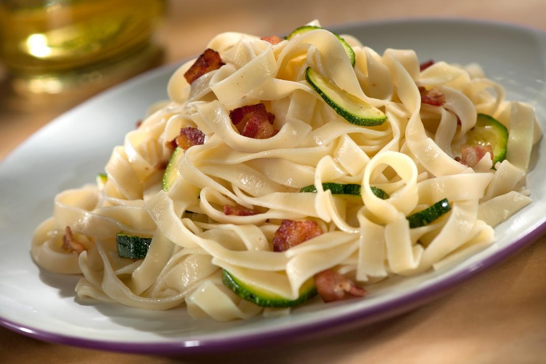 Fettuccini con zucchini y tocineta