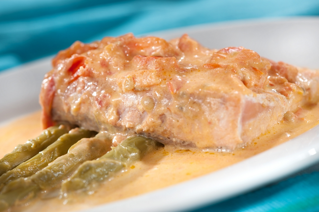 Filete de salmón asado con espárragos