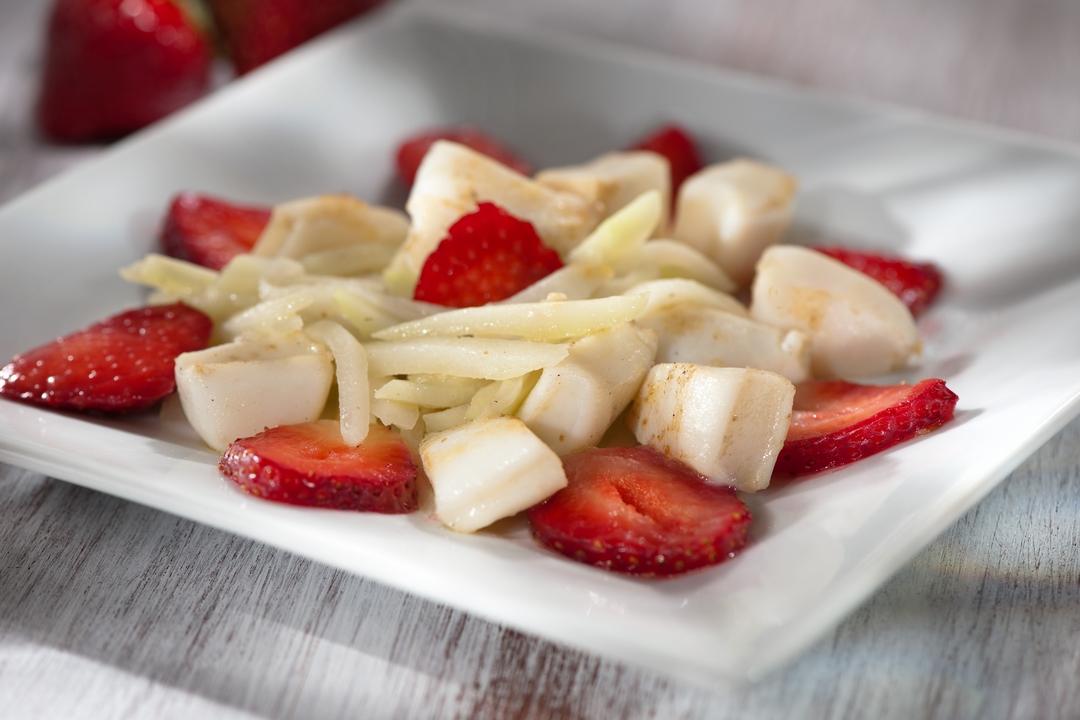 Vieiras con ensalada de pepino y fresas