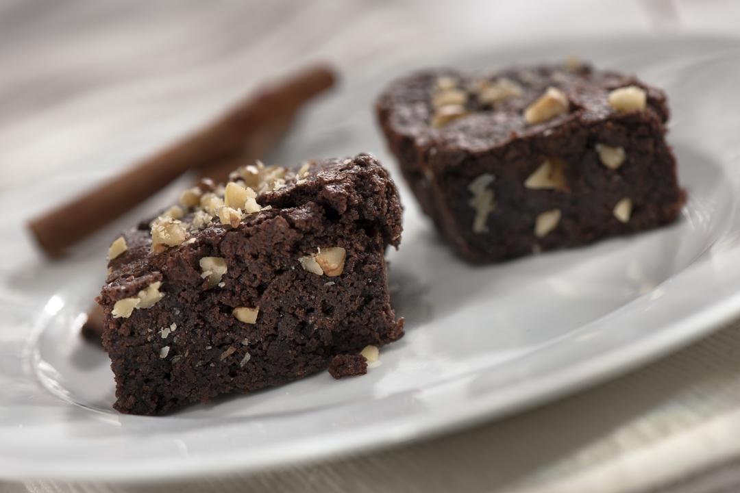 Cuadritos de chocolate, mantequilla y nueces