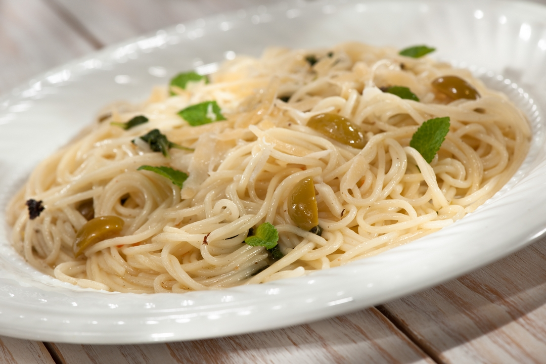 Espaguetis con hojas de menta y aceitunas