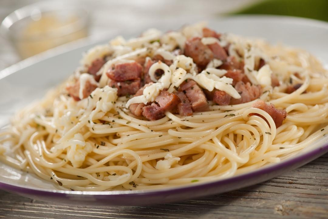 Espaguetis con hueso de jamón y mozzarella