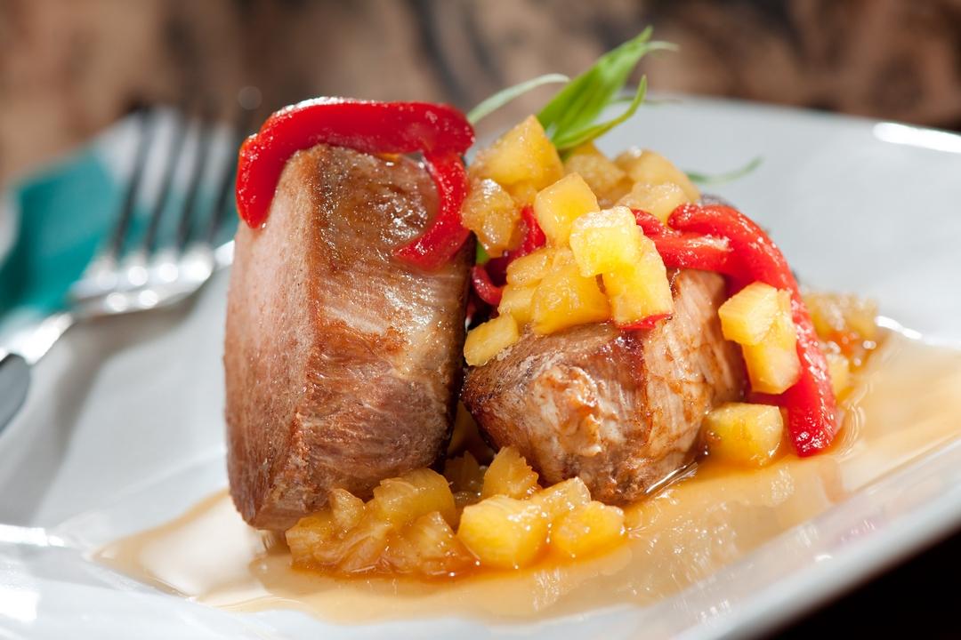 Filete de cerdo con pimientos piquillo y piña