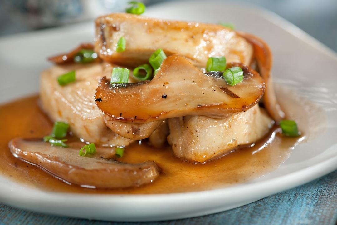 Pollo con salsa rubia y hongos