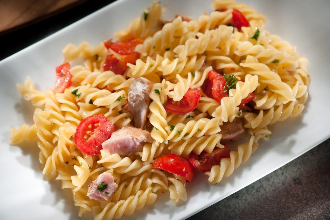 Espirales con atún, tomates y perejil