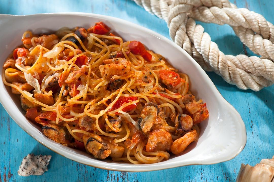 Espaguetis horneados con mariscos