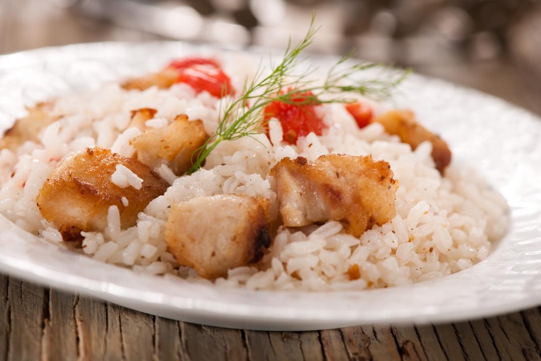 Pescado con arroz y tomate
