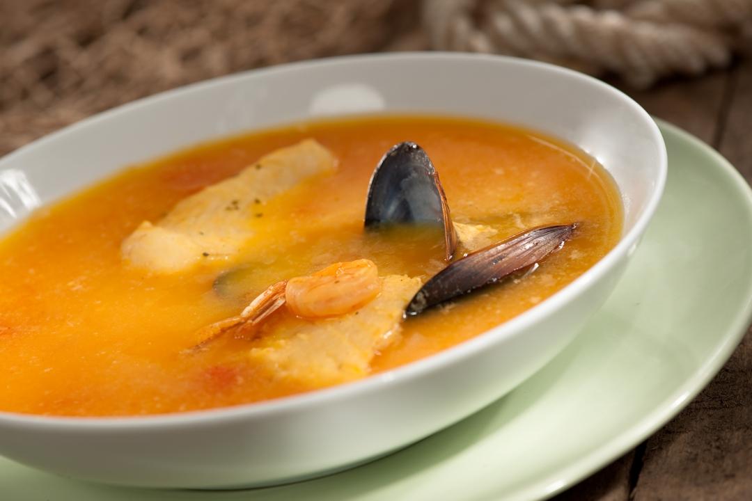Sopa de pescado y vino blanco