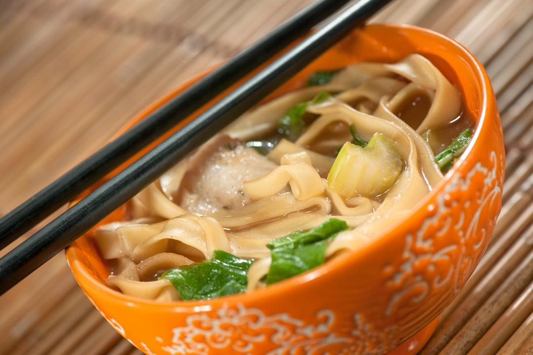 Sopa de pollo con tallarines y verduras