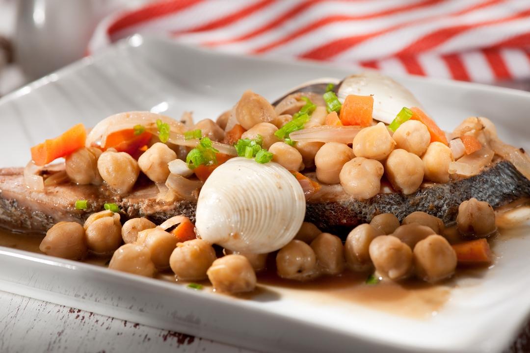 Pescado en salsa de garbanzos y almejas