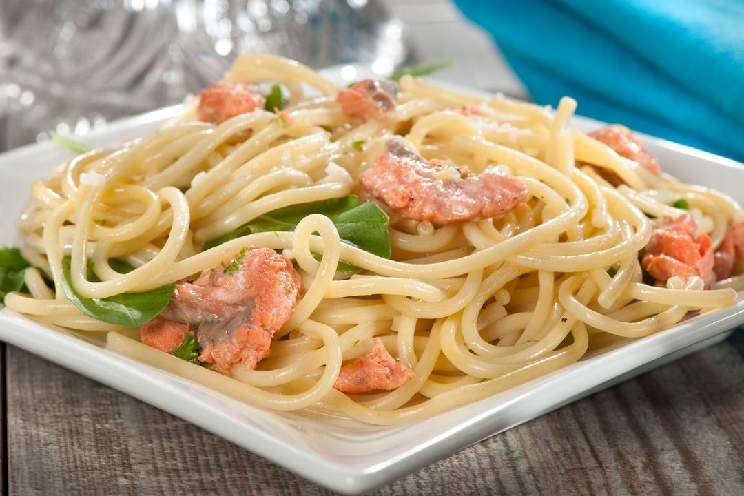 Espaguetis con salmón ahumado y rúcula