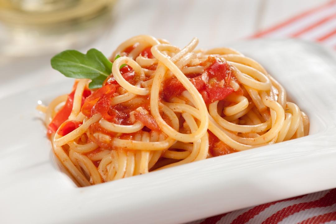 Pasta con ajo y tomate