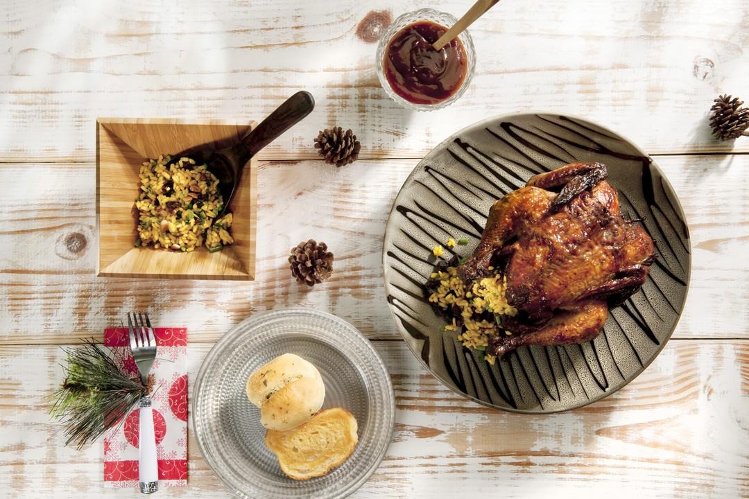 Pollo al horno con hierbas relleno de arroz al curry