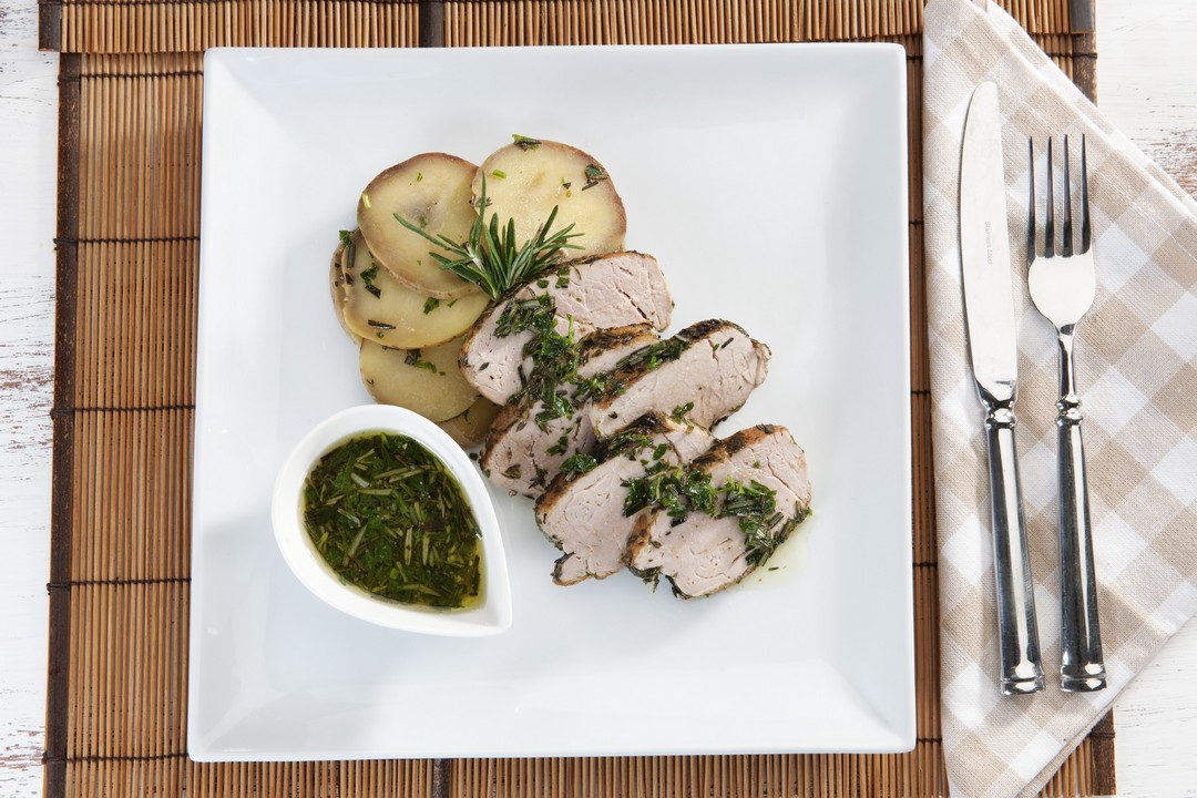 Filete de cerdo sellado en hierbas sobre papas al romero