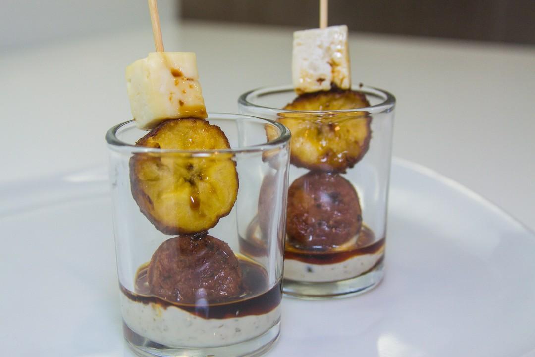 Pinchos de plátano maduro, queso y longaniza