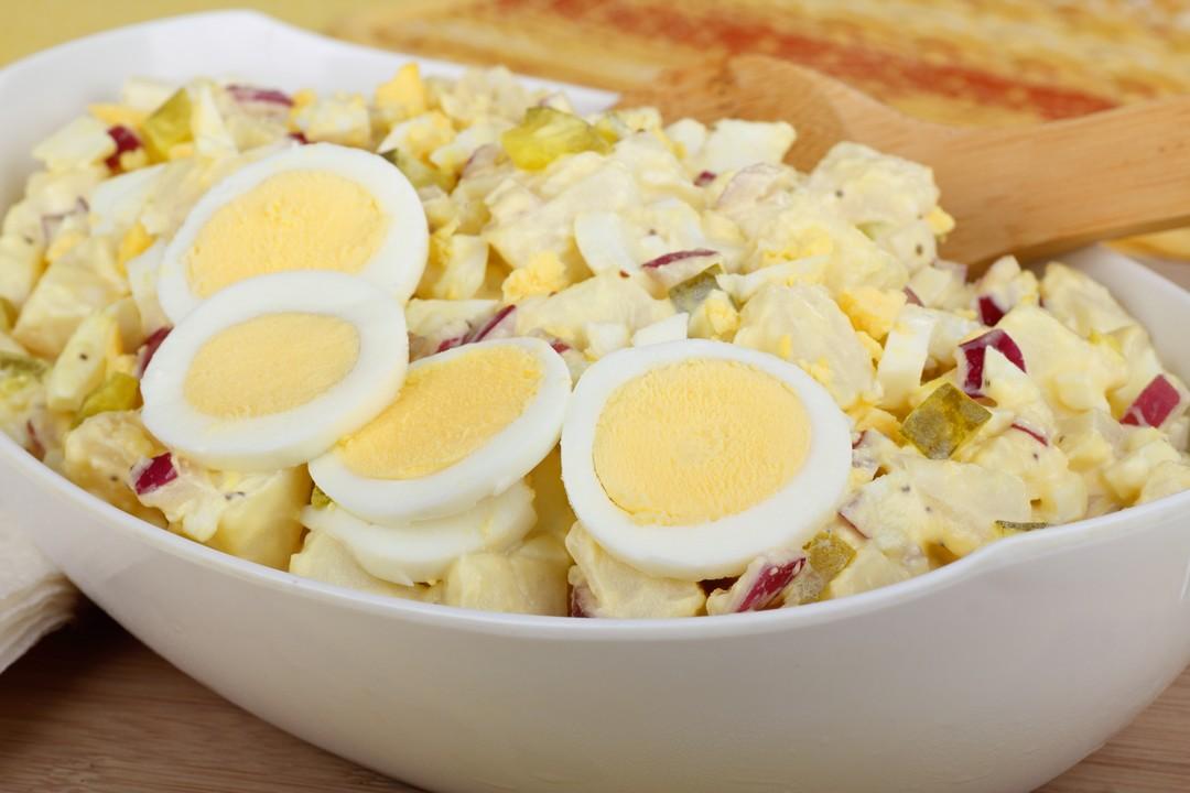 Ensalada de papines, atún  y huevos de codorniz