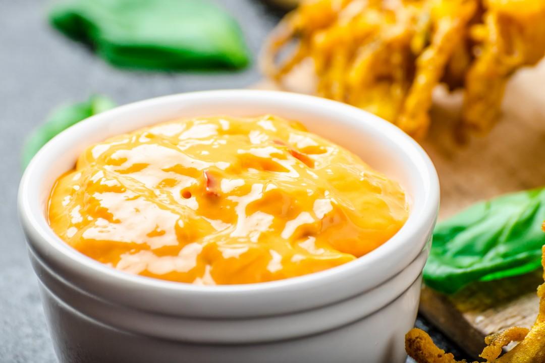 Salsa de chutney de mango para acompañar un fondue de carne