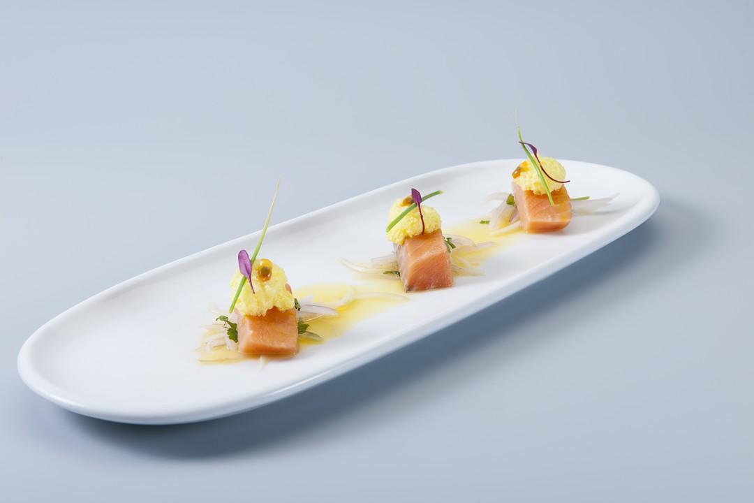 Ceviche de salmón a la espuma de chinola